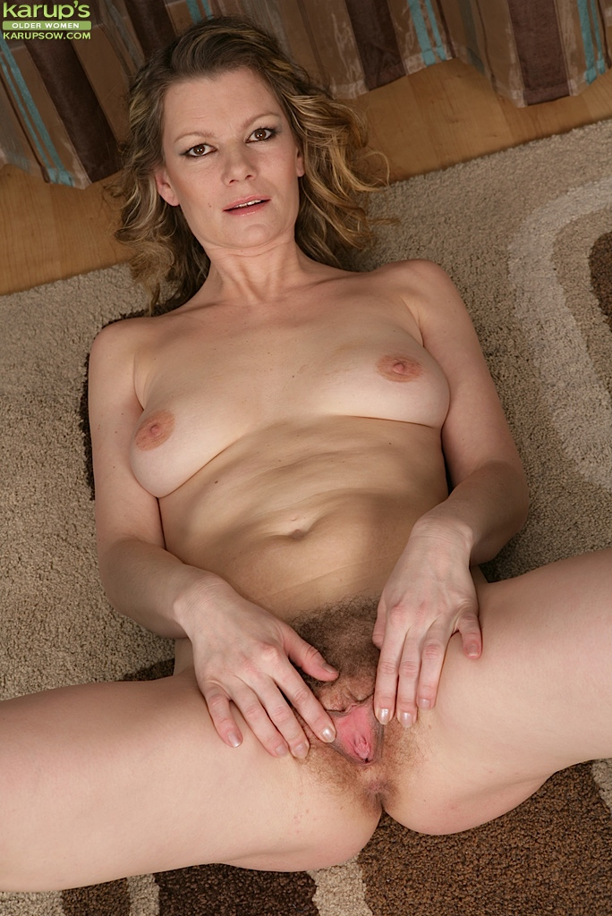 Older womens hairy pussy